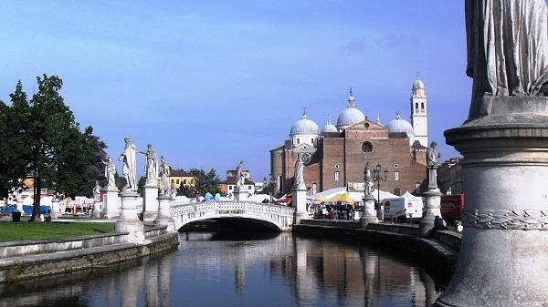 Tra le dieci piazze pi belle d 39 italia spunta anche napoli for Prato della valle oggi