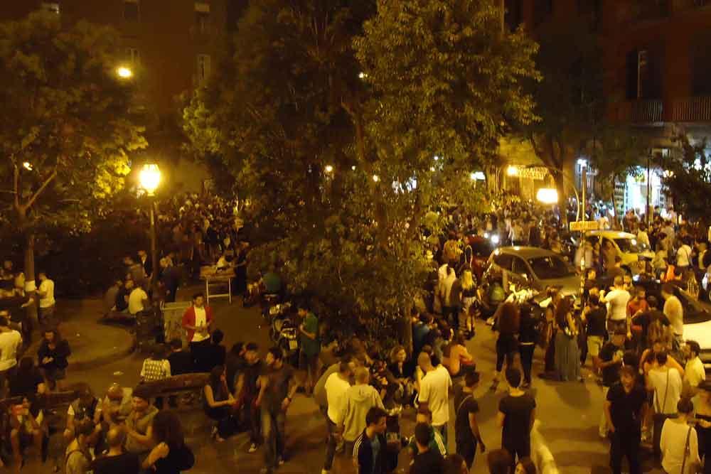 Giovani a Piazza Bellini.