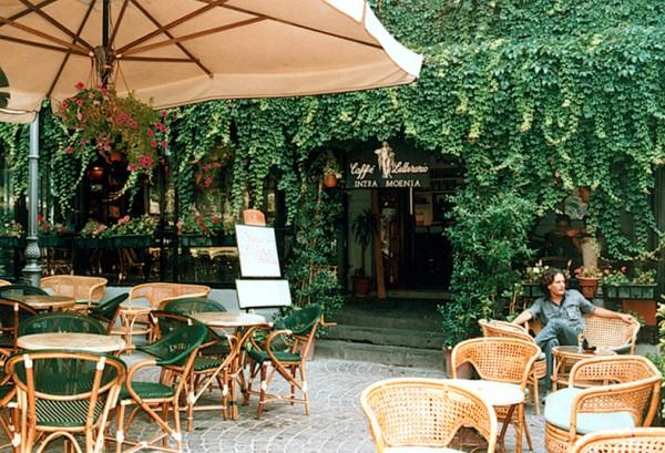 Caffè letterario IntraMoenia a Piazza Bellini.