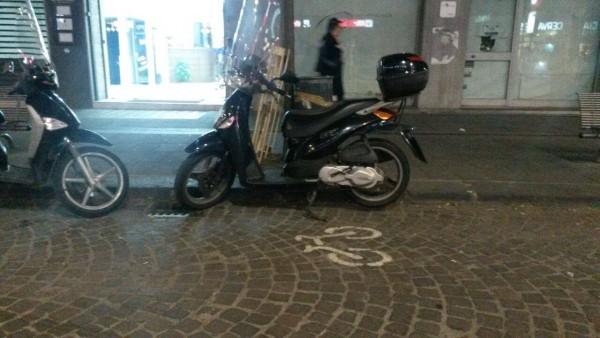 Parcheggio selvaggio in via Cervantes.
