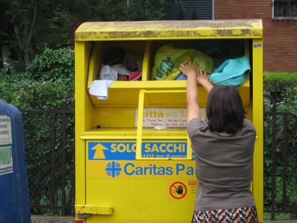 Cassonetti gialli per raccolta abiti