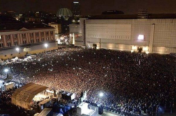 Folla in Piazza del Plebiscito