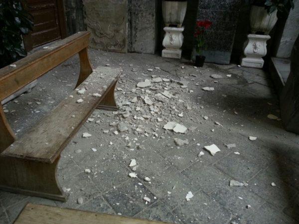 i calcinacci crollati dal soffitto dell'atrio