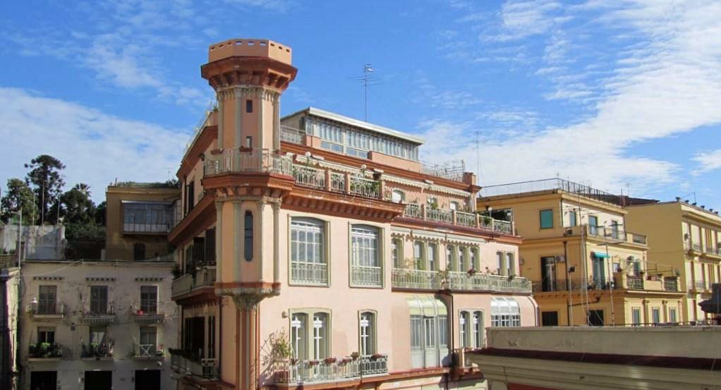 Lo stile Liberty a Napoli, tra linee sinuose e motivi floreali