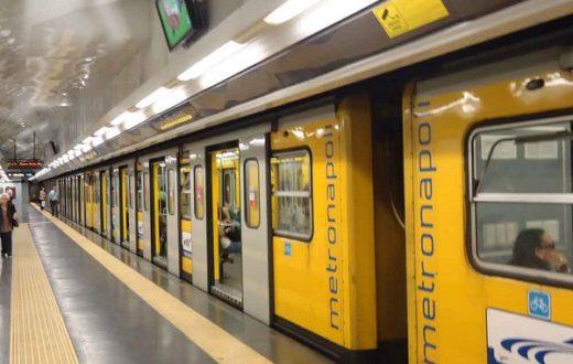 Ragazza vestiti strappati metropolitana