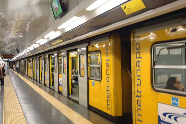 linea 1 napoli suicidio metropolitana