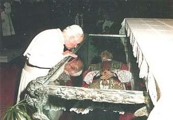 Giovanni Paolo II visita la tomba del Beato Vincenzo Romano