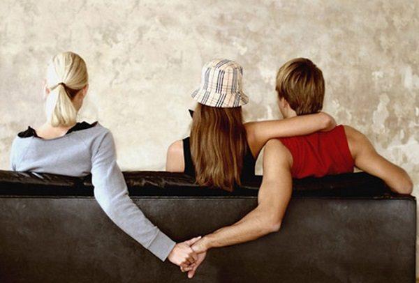 Moglie tradita: sui muri di Ebili manifesti con foto dell'amante
