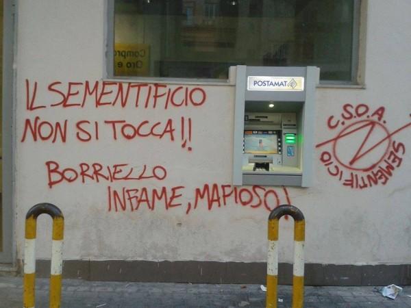 Graffito contro Borriello sul muro dell'Ufficio Postale