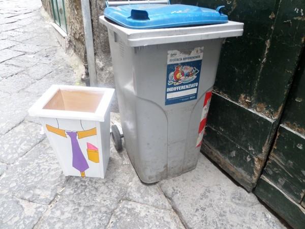 miniera ai quartieri spagnoli.nuovi bidoncini per i    rifiuti