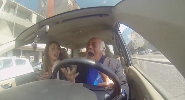Nonno che guida nel traffico - Bike Sharing Napoli