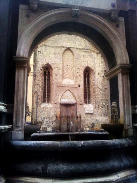 chiesa inquadrata dalla Fontana della Sellaria