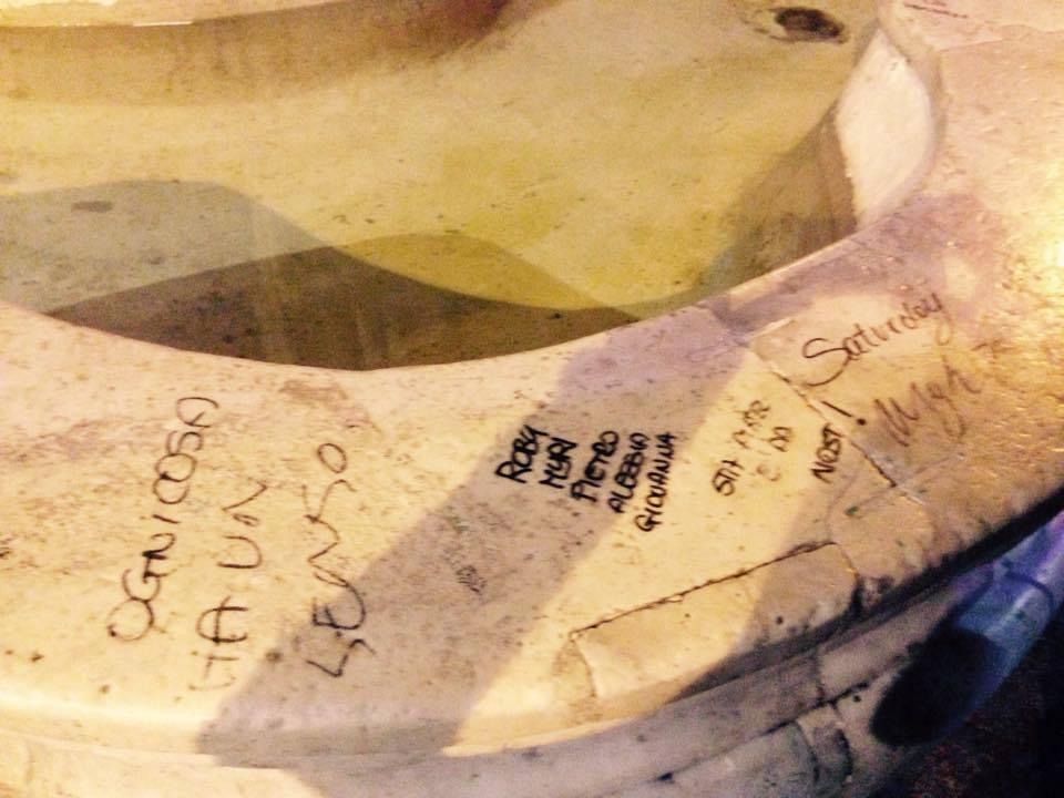 Particolare dei graffiti sulla fontana di Monteoliveto