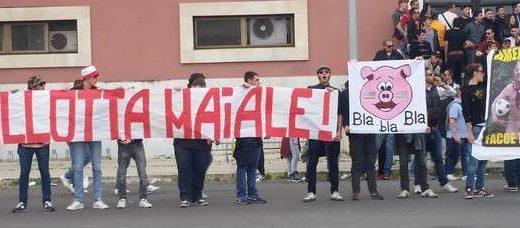 """""""Noi non siamo napoletani"""", la protesta degli ultras della Roma"""