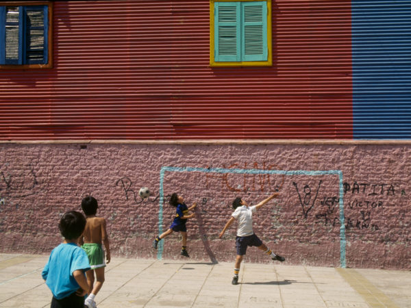 Tanti amici, una passione in comune ed un pallone, i bei tempi del calcio di strada