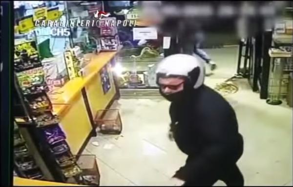 Banditi chiusi dentro il negozio dalla titolare
