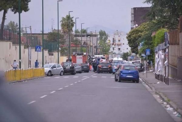 via Napoli, Secondigliano, durante l'assedio delle Forze dell'Ordine