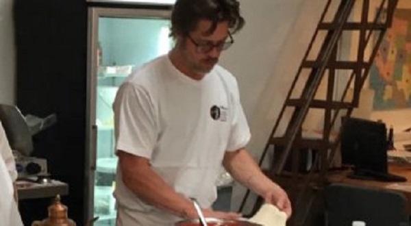 Brad Pitt impara a fare la pizza
