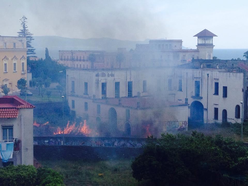 Foto paura ad ercolano incendio lambisce le abitazioni for Immagini abitazioni