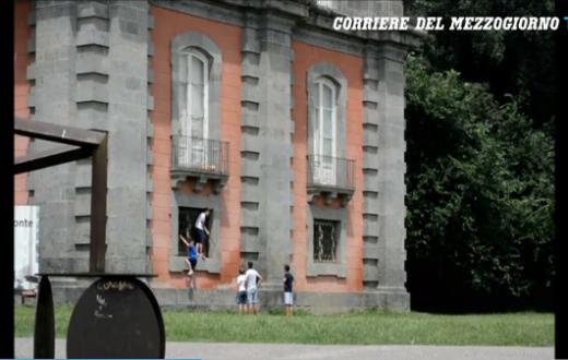 Reggia di Capodimonte, distruggono balcone per prendere pallone