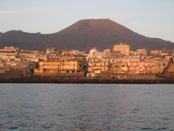 Torre del Greco, porto e Vesuvio