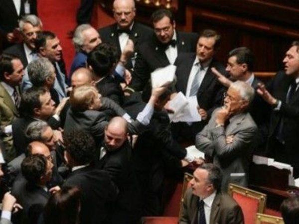 parlamentari vogliono andare a casa
