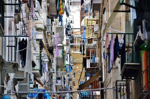 quartieri spagnoli napoli dito staccato a morsi