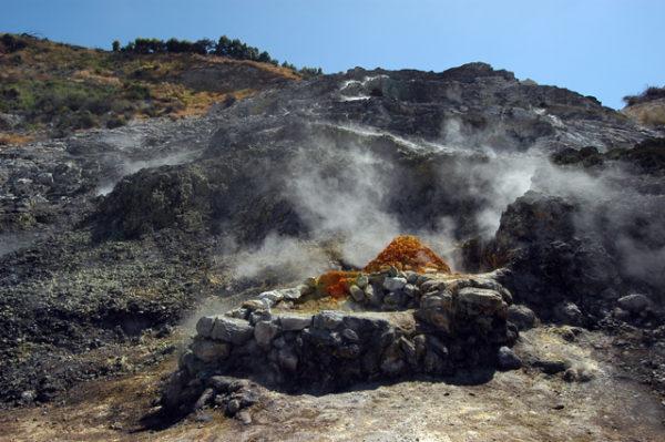 Tragedia alla Solfatara, famiglia cade nel cratere: tre morti