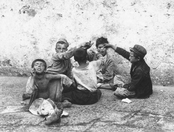Fratelli_Alinari_-_Il_giuoco_della_morra_-_Street_children_playing_morra_in_Naples,_Italy_in_1890s