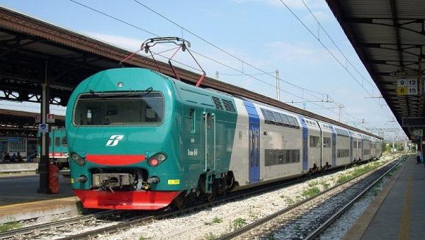Treno Napoli-Caserta scorta