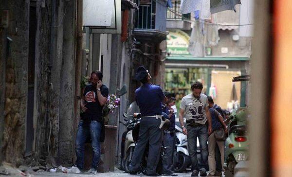 Napoli, agguato in pieno giorno: ferito gravemente un uomo