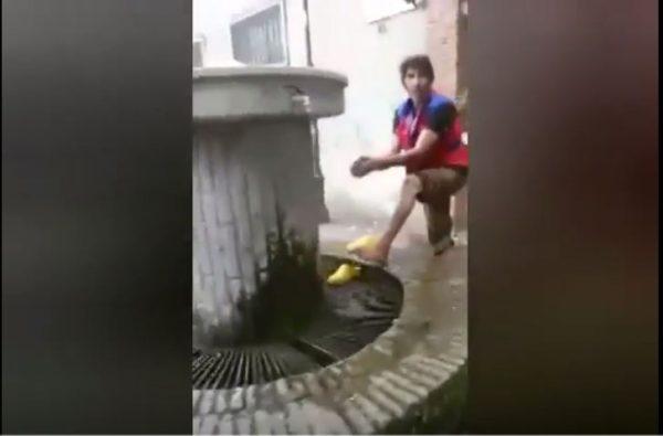 immigrato si lava i piedi