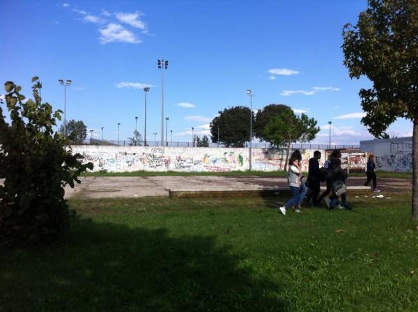 Studenti puliscono il parco abbandonato