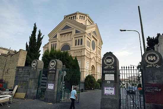 I cimiteri riaprono a Napoli: con la Fase 2 si possono salutare i propri cari