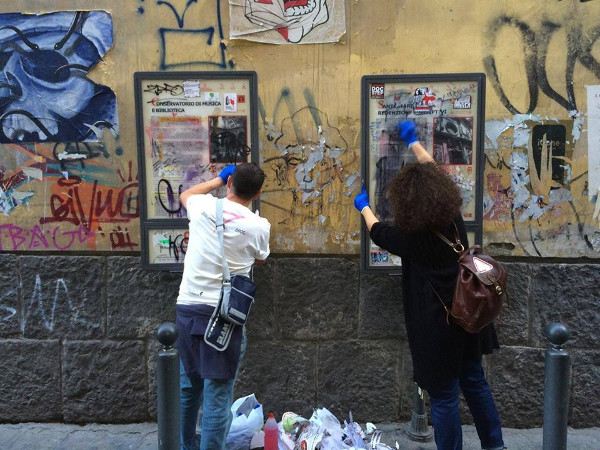 volontari pulizia bacheca informativa monumenti napoli