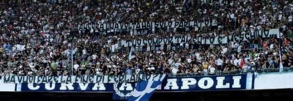 Striscione tifosi Napoli De Laurentiis come Ferlaino