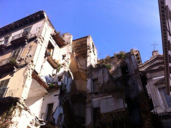 crollo palazzo centro storico di napoli