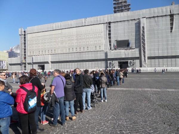in fila per visitare i musei napoletani.9