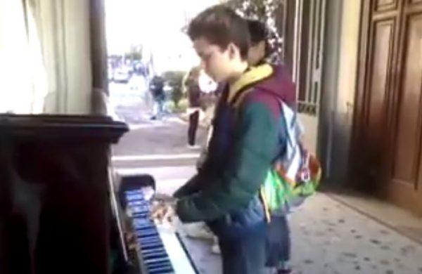 bimbo suona pianoforte scavi di ercolano