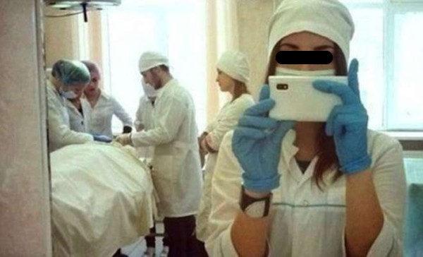 Selfie in sala operatoria: è scandalo