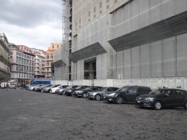 auto blu parcheggiate a piazza del plebiscito per il vertice con Alfano