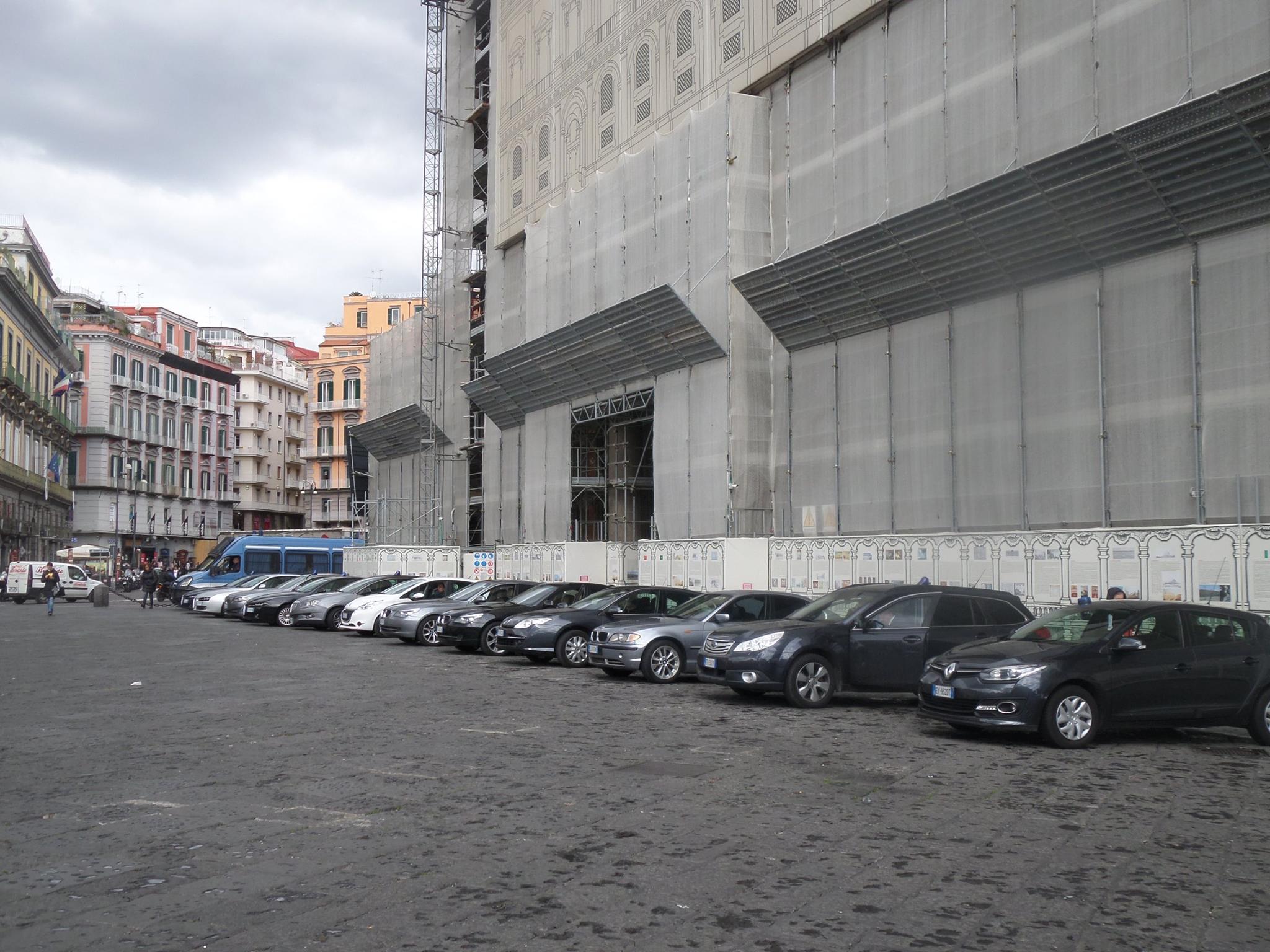 auto blu parcheggiate a piazza del plebiscito per il vertice con Alfano.2