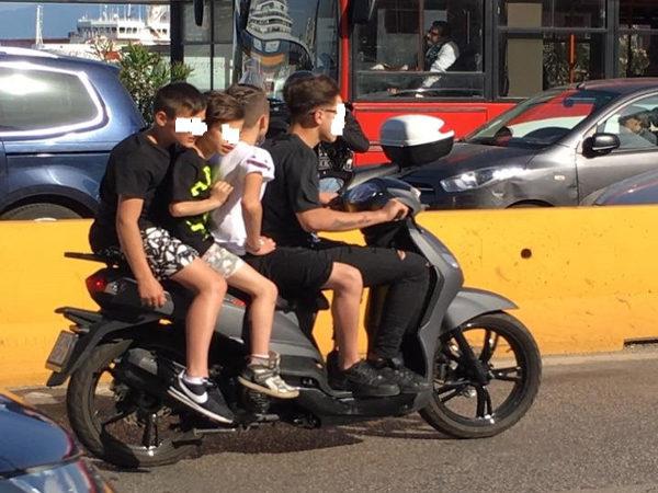 quattro in scooter senza casco