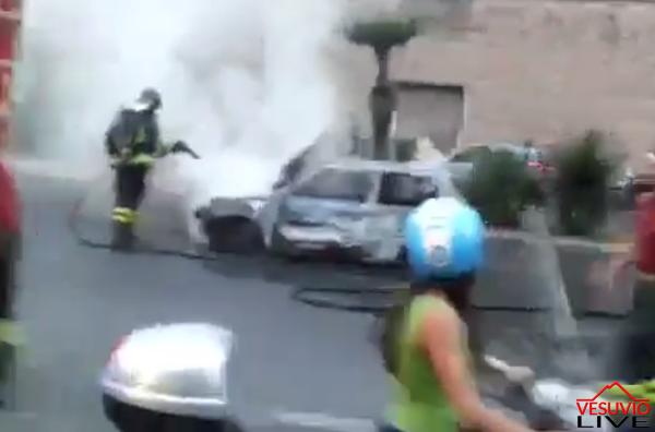 auto incendio fiamme galleria vittoria napoli