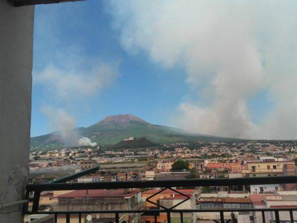 Incendio doloso sul Vesuvio, fiamme e gigantesca colonna di fumo