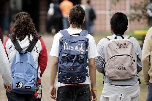 ragazzini di spalle