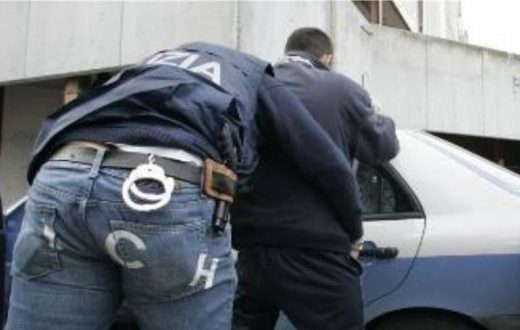 arresto-polizia-di-spalle
