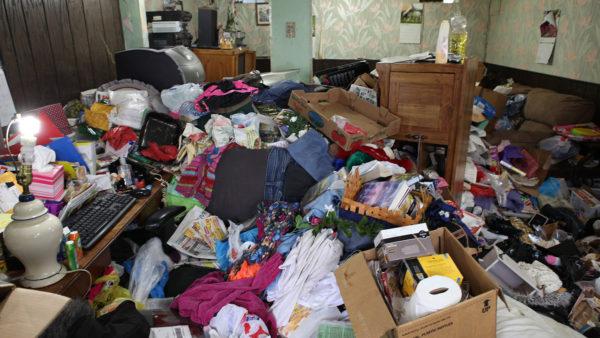 Napoli, casa invasa da rifiuti: donna denunciata
