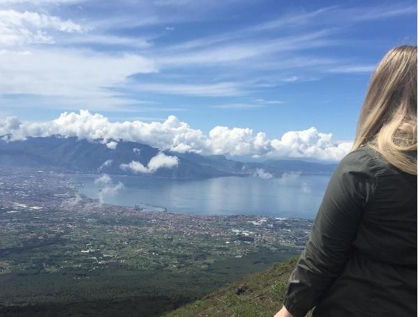 Nicola mentre guarda il Vesuvio