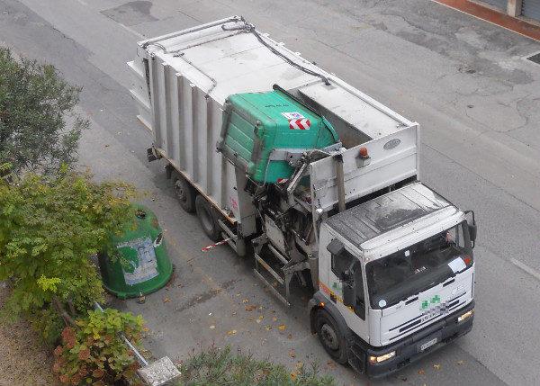 CRONACA: Operaio muore schiacciato dal camion dei rifiuti